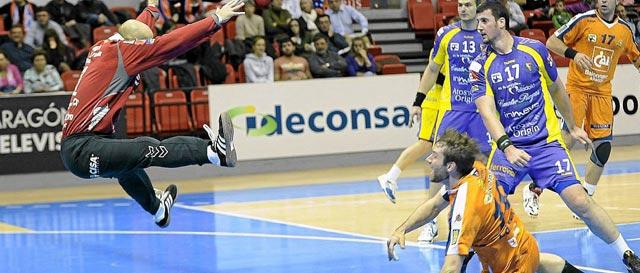 Sierra intenta tapar el disparo de un atacante aragonés. | LOF