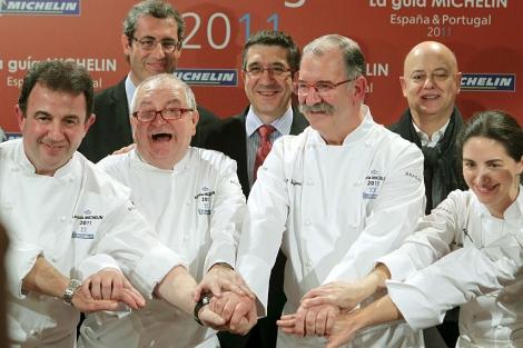 Los cocineros Berasategi (i), Arzak (2i), Subijana (2d), y E. Arzak (d), en la presntación. Detrás, Patxi Lopez (c), Olano (i) y Elorza   Efe