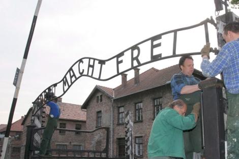 """El letrero original, """"El trabajo os hará libres"""", en 2006.   Efe"""