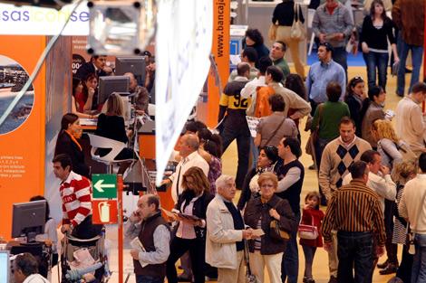 Pasillos repletos de visitantes en la edición SIMA Especial Otoño 2010.   Diego Sinova