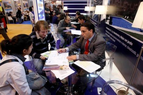 Visitantes informándose en un 'stand' en la edición del SIMA Otoño 2010. | Diego Sinova