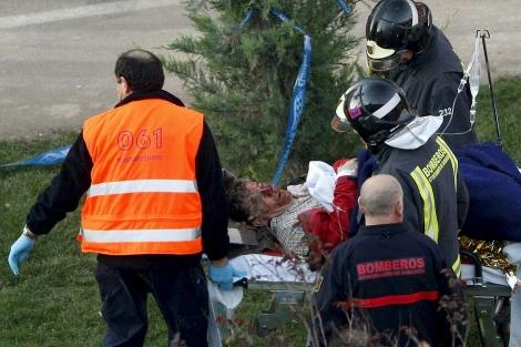 Uno de los heridos es atendido por los servicios de Emergencias. | Efe