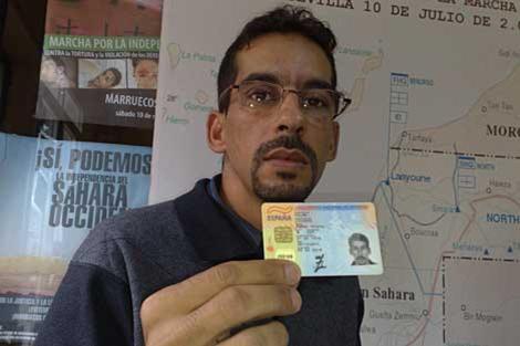Ahmed Yedu Salem Lecuara enseña su DNI español.   Carlos Márquez