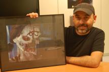 Alvarez posa junto a la niña 'zombi' que salvó al estudio de la quiebra. | J. A. N.