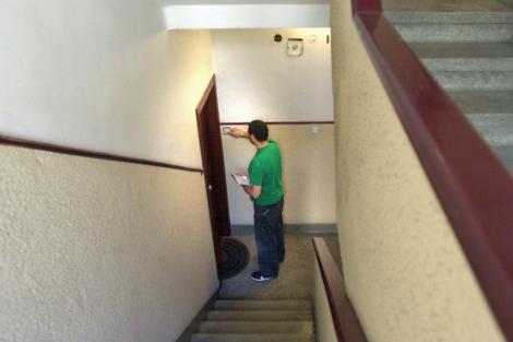 Un vecino administrador de una comunidad de propietarios pasa el recibo. | Mitxi.