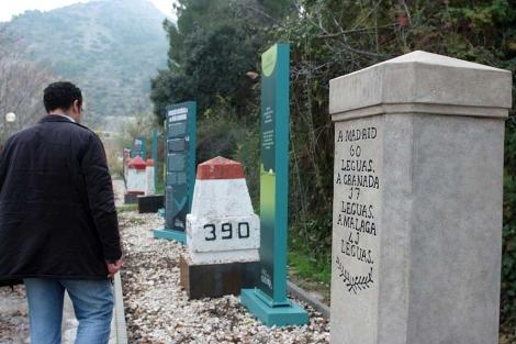 Un hombre observa las distintas formas de medir las distancias . | Manuel Cuevas