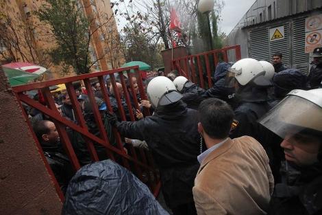 La policía impide la entrada de los trabajadores en el acto.   Francisco Ledesma