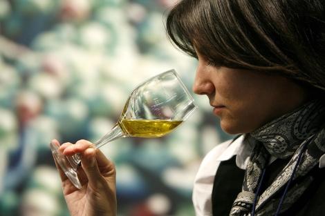 Una joven realiza una cata de aceite de oliva. | Alberto Di Lolli