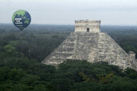Un globo de Greenpeace junto a la pirámide de Chichén Itzá. | Efe