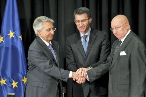 Núñez Feijóo entre Julio Gayoso y Mauro Varela, tras la firma. | Lavandeira