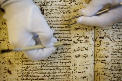 Proceso de restauración de uno de los documentos.   Efe