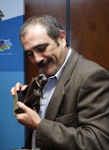 El escritor, con el premio. | Efe