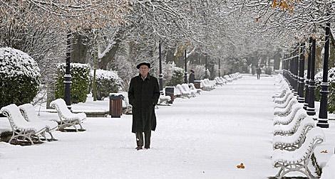 Un señor pasea por un parque de Soria. | Efe