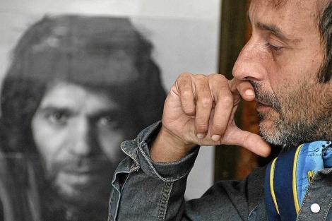El escritor Montero Glez ante la imagen de Camarón. | Cata Zambrano
