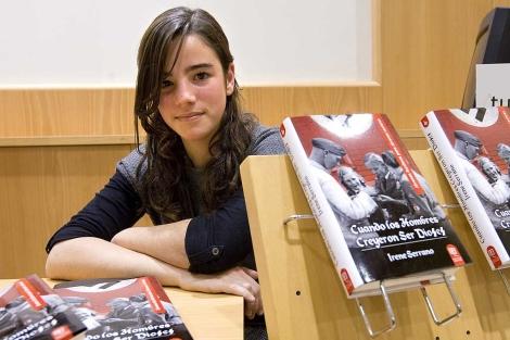 La precoz escritora Irene Serrano presentando su primer libro. | Efe