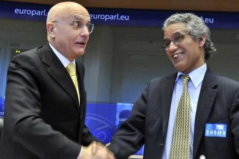 El pte de la comisión de Exteriores, Albertini, saluda a Salem Ouldsalek. | Afp