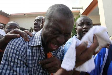 Un seguidor de los opositores, se queja de un golpe, en la capital.| Reuters