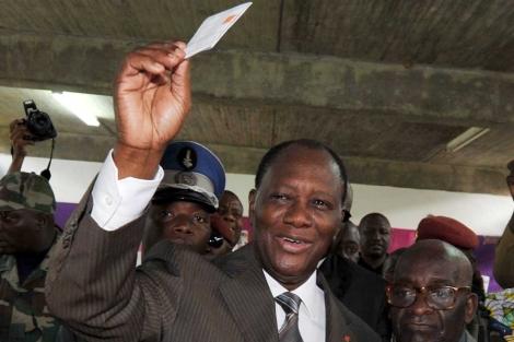 Alassane Ouattara, en el momento de depositar su papeleta electoral. | Afp