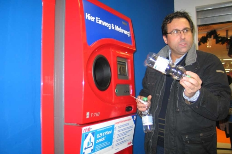Máquina de recuperación de envases en un supermercado alemán.  Rosa M. Tristán