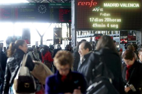 Estación de trenes de Valencia con la cuenta atrás para la llegada del AVE. | Efe