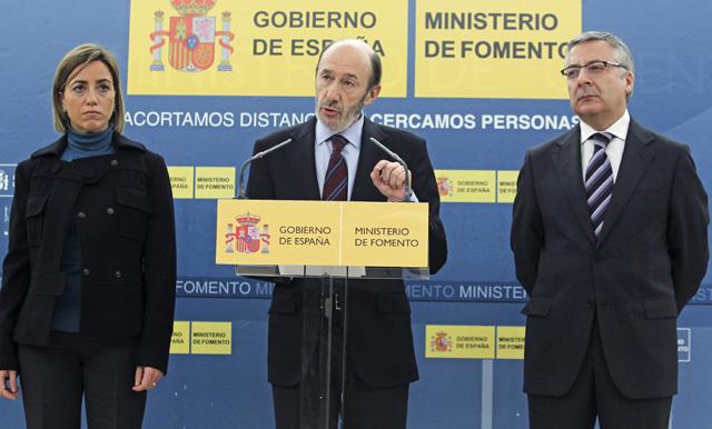 El vicepresidente primero del Gobierno, Alfredo Pérez Rubalcaba, junto al ministro de Fomento, José y la ministra de Defensa, Carme Chacón. | Efe