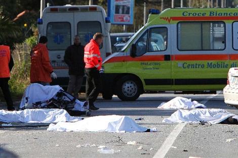 Los cuerpos de cuatro ciclistas, en el lugar del siniestro. | Ap