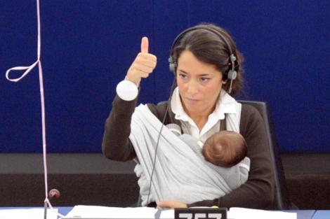 La eurodiputada Ronzulli (con su bebé) votó a favor de la moción en su momento. | EFE
