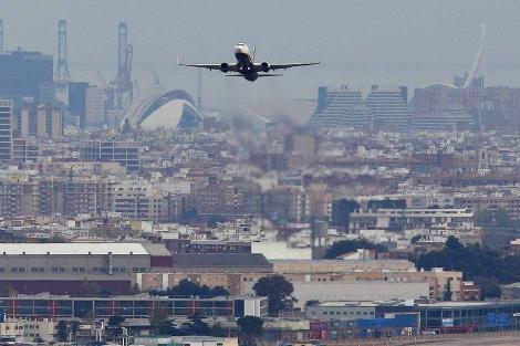 Un avión comercial despega del Aeropuerto de Manises, Valencia. | Efe