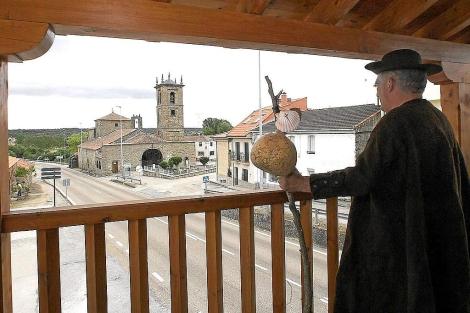 El secretario de los Falifos observa el santuario de la Carballeda en Rionegro del Puente. | J. F. Gamazo