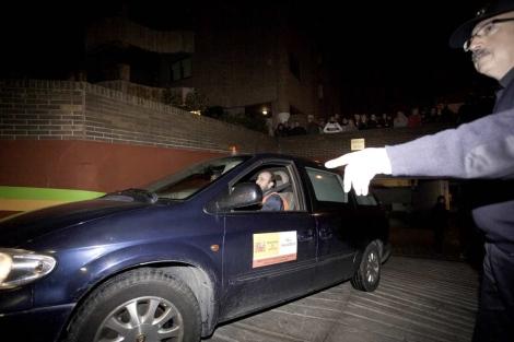 Un coche sale del domicilio de la presunta filicida.   Pablo Requejo
