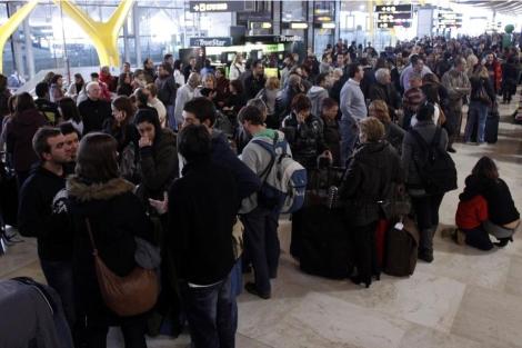 Miles de pasajeros retenidos en Barajas el pasado viernes. | Antonio Heredia