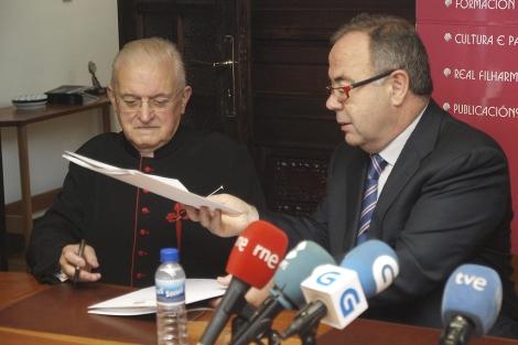 El deán del Cabildo, José María Díaz, junto al alcalde y presidente del Consorcio, Sánchez Bugallo.   Efe