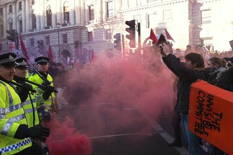 Los manifestantes ante la policía británica. | Eduardo Suárez