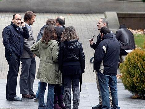 César Cabo charla con varios controladores antes de que entraran a declarar. (Sinova)