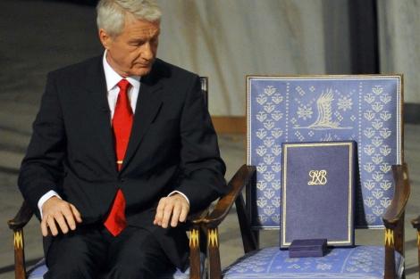 El presidente del Comité Nobel junto a la silla de Liu. | Reuters