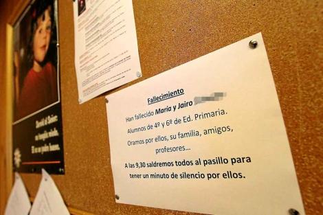 Cartel que el colegio colgó ayer en Las Agustinas llamando a la oración por los pequeños. | J. M. Lostau