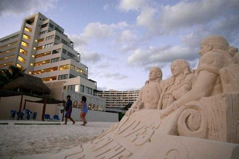Una escultura de arena erigida por Oxfam para concienciar sobre el clima en Cancún. | I. Leal