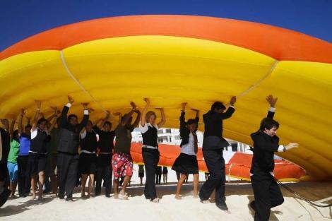 Activistas portan un salvavidas gigante en la cumbre climática en Cancún. | Efe