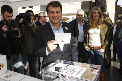 Laporta deposita su voto en la urna de la Barceloneta. | Antonio Moreno