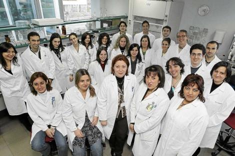 Los miembros del Grupo de Superficie Ocular en uno de sus laboratorios de trabajo en el IOBA.   JM Lostau