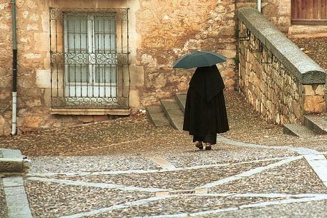 Una monja camina hacia el monasterio de las clarisas en Lerma. | Toño Gallego