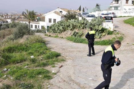 Policías junto a la vivienda de Morente en el Albaicín Alto. | Jesús G. Hinchado