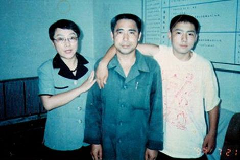 El disidente mongol Hada junto a su mujer Xinna y su hijo Uiles. | Afp