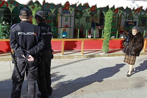 Agentes de la Policía patrullan por una calle de Madrid.   Efe