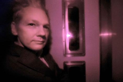 Julian Assange, en el furgón que le trasladó a los juzgados de Westminster. | Afp