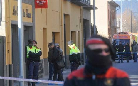 Dos Mossos junto al bar donde han muerto los constructores.| ACN