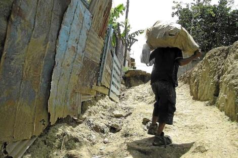 Uno de los niños del vertedero dominicano de Rafey, en el barrio de Santa Lucía. / Imágenes cedidas por Armonía Films