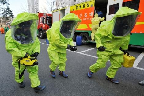 Miembros de los equipos de rescate surcoreano en las calles de Seúl. | AFP