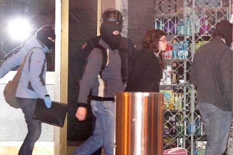 En la imagen, los agentes trasladan a Saioa Zubiaur a dependencias policiales. | Efe