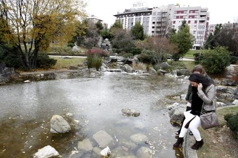 Dos jóvenes comprueban el espesor del hielo del lago Yamaguchi (Pamplona). | Efe